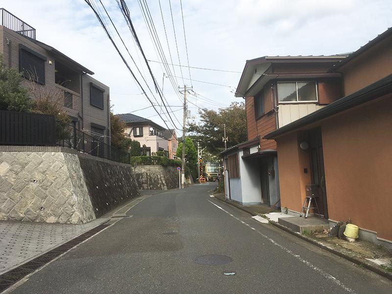 家と家の間の江ノ電