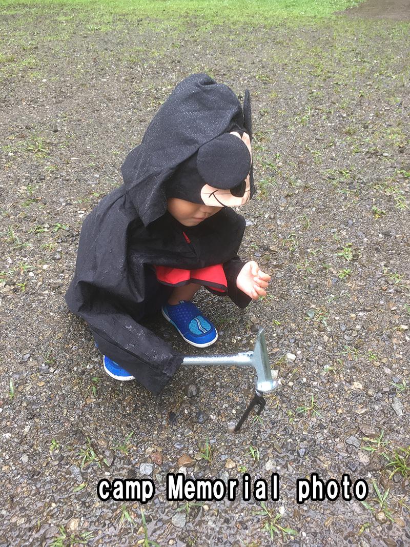 雨のキャンプ ペグ打ち