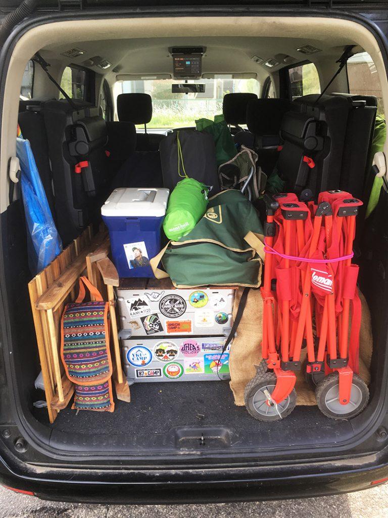 車にキャンプ道具を積み込む ソロキャンプ時の積み込み方 日産セレナ
