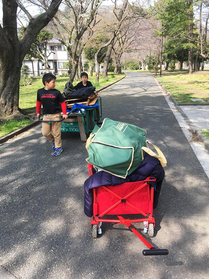 荷物の運搬をするキャンプ場 コールマン リヤカー