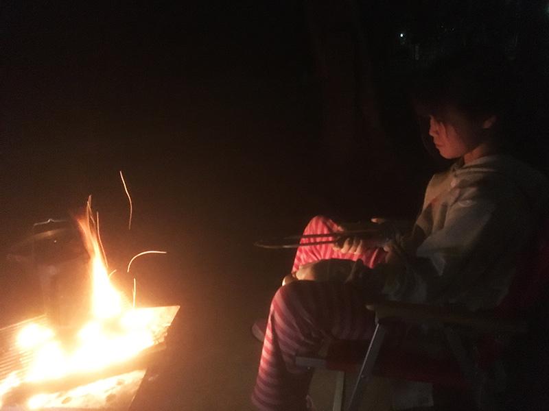 子供とキャンプ 夜の焚火