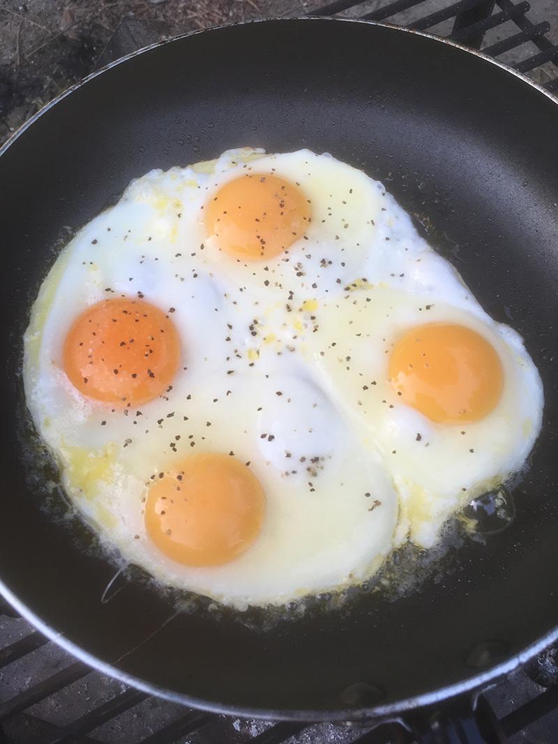キャンプの朝 朝食 目玉焼き