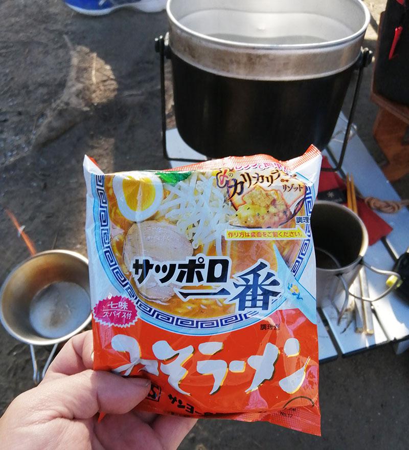 朝食はサッポロ一番みそラーメン キャンプめし
