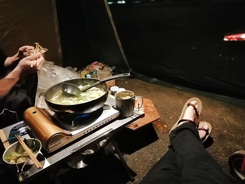 雨の日のキャンプ もつ鍋