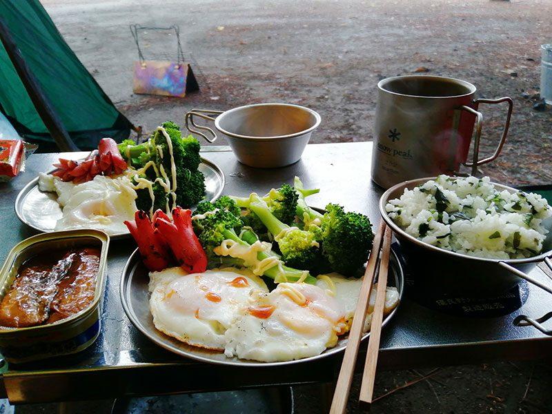 キャンプの朝食 目玉焼き定食