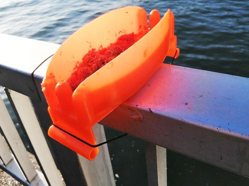 釣り場の手すり スピードエサ付け皿を簡単に取り付ける方法